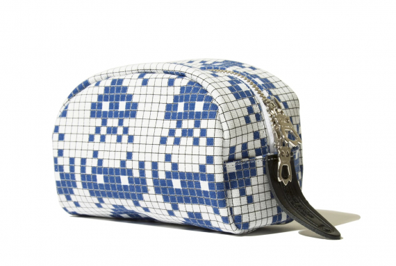 fabrick-x-space-invaders-travel-pouch-s_p2
