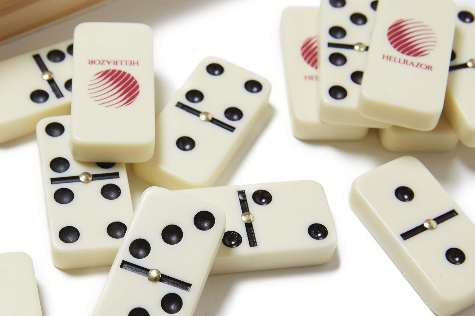 dominoes-with-wooden-box_p1